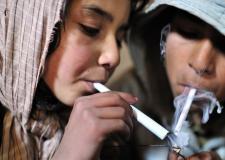 图片:惨不忍睹的童年生活,这里的儿童6岁已染上毒瘾