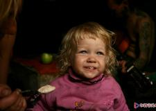 实拍:俄罗斯吸毒父母面前的两岁小女孩
